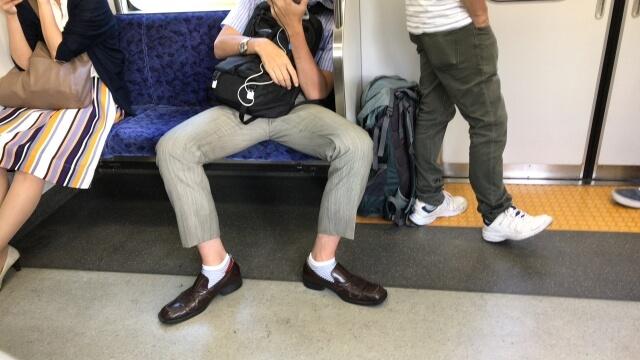 電車内の迷惑行為は足を広げること
